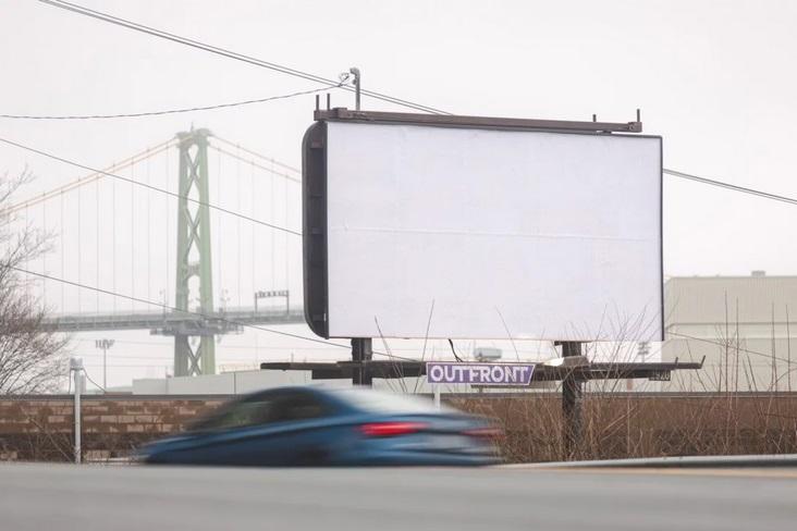 Biele billboardy